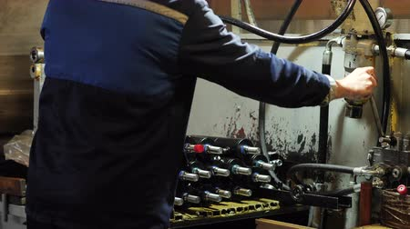 silindir : worker assembles pneumatic piston, Production of hydraulic cylinders, a worker assembles Stok Video