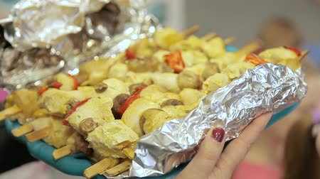 göğüs : Chicken skewers cooked in foil. Woman carries finished dish in foil to steel Stok Video