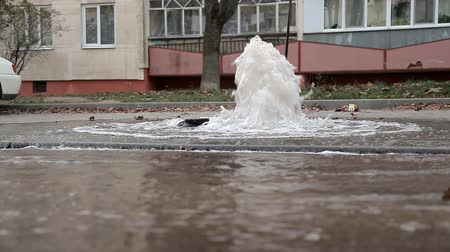 powódź : Water pipe breakthrough. Water splashes out of the pipe. Strong pressure of water. Heating main accident.