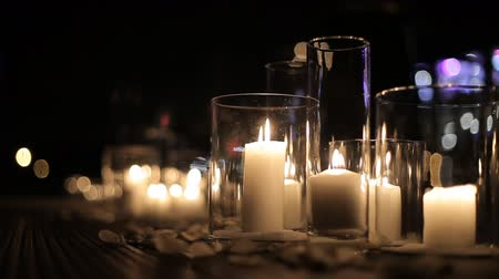 сжигание : Burning candles in glass flasks. Large candles burn in glass flasks. Burning candles in glass flasks stand on the floor of the festive hall. Romantic evening. Wedding decorations Стоковые видеозаписи