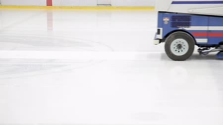 obnovitelný : The machine cleans the ice. Ice rink refueling machine. Ice cleaning, machines for polishing smooth ice rink.