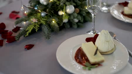 szalvéta : Christmas dish on the table. Festive dessert on a plate. Decorated Christmas Tree Branch Stock mozgókép
