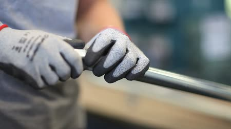 İngiliz anahtarı : hands holding close and isolate a bolt on a pipe