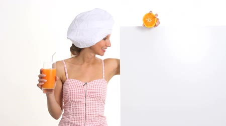 gyümölcslé : woman who explains the diet and wellness drinking a orange juice Stock mozgókép