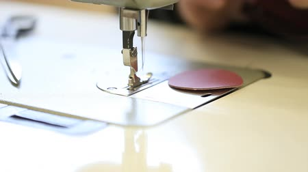 couro : hands sewing machine in a factory manufacturing leather