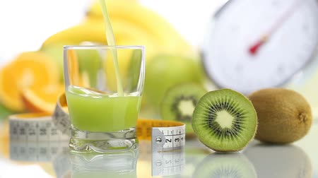 nutrição : kiwi juice poured in glass, fruit meter scales diet food