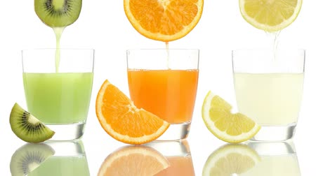 saft : Juice Orange Zitrone Kiwi in Glas gegossen