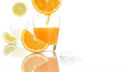 szorítás : vitamin c concept orange lemon juice aspirin tablet Stock mozgókép