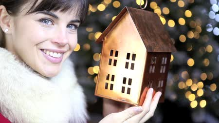 вешать : Christmas woman with decoration golden house on lights background