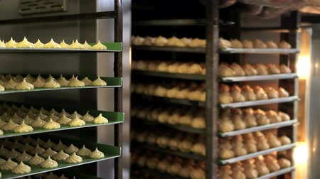 ipari : pastry chef works with oven, make sweet baked, industrial production