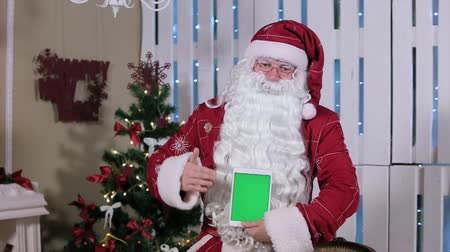 Санта шляпе : Santa Stroke Tablet with Green Screen Holding Vertical Mode. Tablet with Green Screen in Vertical Mode. Easy for tracking and keying.
