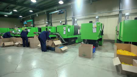 ellát : Plastic Parts Workers Operate Equipment Manufacture Stock mozgókép