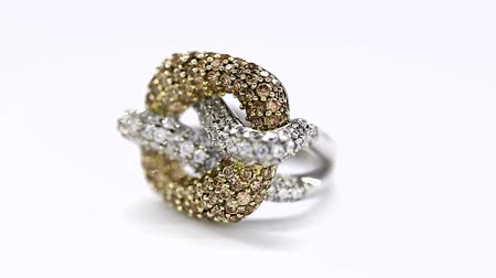 drágakő : Excellence Ring in Yellow and White Gold and Diamonds Turning on Themselves Against a White Background Stock mozgókép