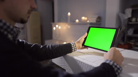 kahvehane : Man Using Tablet in Coffee Shop. Tablet with Green Screen. So you can easily crop and zoom, Great for presentation and mockups. Easy for tracking and keying.
