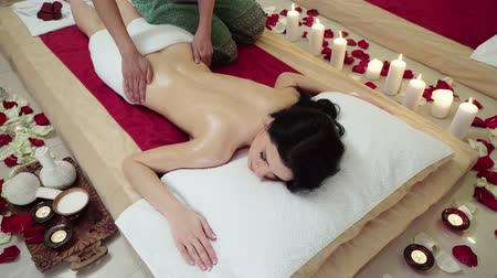 terapia : Brunette Caucasian female receiving upper body massage therapy at a luxury health spa