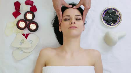 лицевой : Woman getting facial massage in tropical beauty spa. Стоковые видеозаписи
