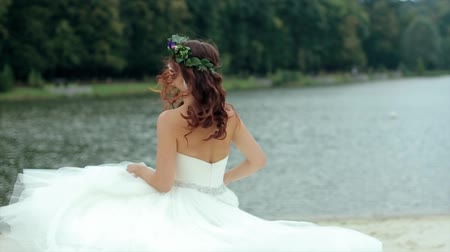 fundo branco : Happy bride in wedding dress turns and flees from the camera and smiling Vídeos