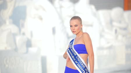 atirar : Novosibirsk, Russia - February 12, 2015: Miss snow universe. Girls posing at a photo shoot on a snowy day. Russian models in blue bathing suits on a white frosty background. Close up Stock Footage
