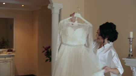 подвенечное платье : Close up beautiful bride to be trying on her dress in the room