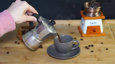 kávové zrno : Coffee is poured into a cup of coffee Moka