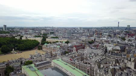parlamento : Aerial panorama of central London, UK. Features the River Thames, Millennium Wheel (London Eye), South Bank area.