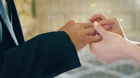 halkalar : Putting on wedding rings Stok Video
