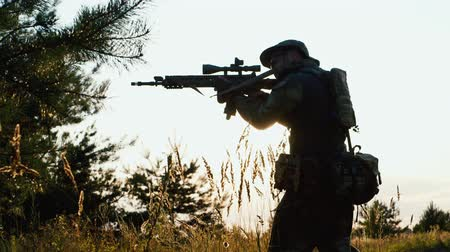 soldados : Airsoft player seeking enemy Stock Footage