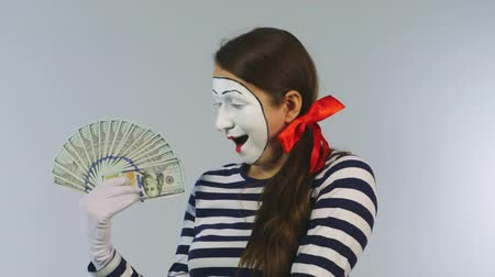 palyaço : Woman mime shows fan of dollars.