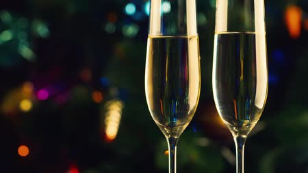 szampan : Two glasses of champagne on the background of the Christmas tree. The celebration of Christmas and New Year