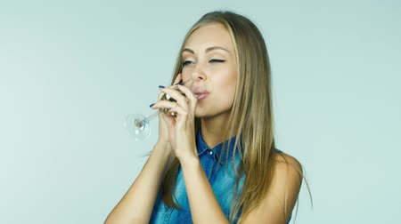 půvabný : An attractive woman with a glass of champagne receiving congratulations by phone Dostupné videozáznamy