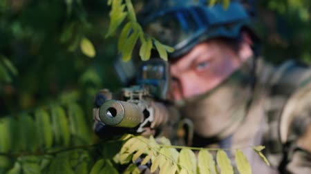 sivil : Portrait of an armed man: who takes aim. The man hiding in the trees