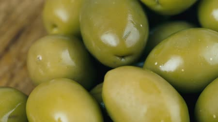 ingredientes : Green olives are rotated in front of camera