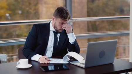 gerente : Businessman tired from work