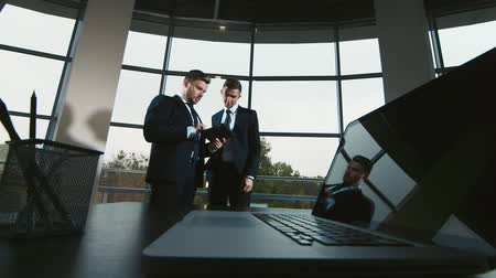 nowoczesne : Business meeting in modern office two businessmen shake hands: communicate