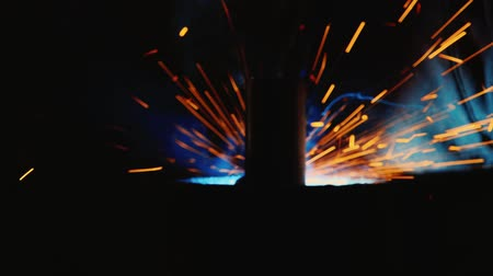 urychlit : Close-up welding. Many of molten iron