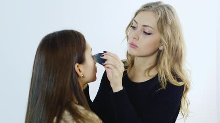 az emberi bőr : Young makeup artist apply makeup girl