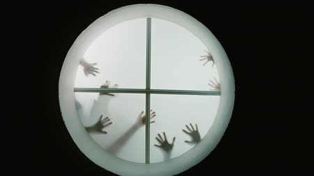 desenhada à mão : Many hands are drawn to the window and scare