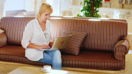 lobi : attractive woman working with a laptop in the lobby