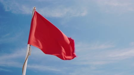 uyarmak : Red flag on a background of blue sky Stok Video