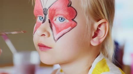 pózol : Apply make-up the child in the form of butterflies