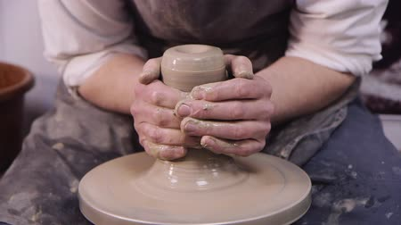 yuvarlak : Manual labor: a potter makes an elongated pottery