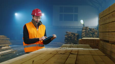 lojistik : Warehouse worker is working on logistics, uses tablet