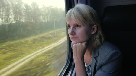palavras cruzadas : Young woman looking out the window of the train