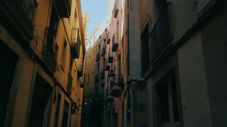 uliczka : Barcelona, Spain - June 15, 2016: Old houses in the Gothic Quarter of Barcelona. Steadicam Shot