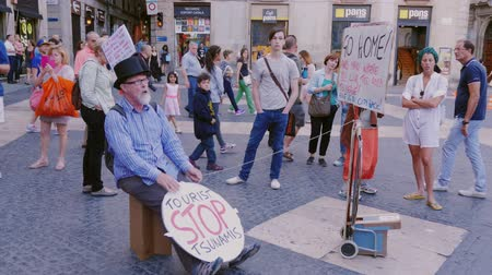 urge : Barcelona, Spain - June 15, 2016: A man protests against the flow of tourists in Barcelona. He wants peace and purity. It requires the city to return the residents of Barcelona