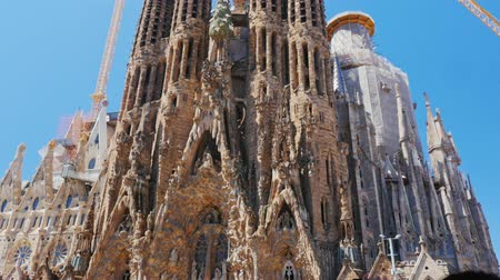 Каталония : Barcelona, Spain - June 20, 2016: A crowd of tourists admiring the photos and makes the popular famous Sagrada Familia