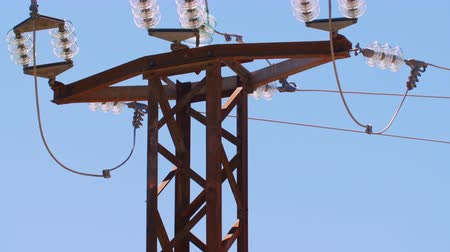 bitki : pole high-voltage power lines, insulation elements Stok Video