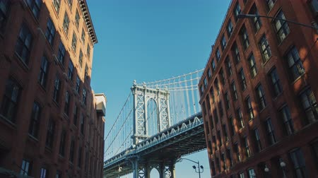 brug : Manhattan Bridge Motion Timelapse. De camera gaat naar de beroemde brug van Brooklyn Stockvideo