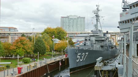 destroyer : Buffalo, NY, USA - OKTOBER 20, 2016: USS The Sullivans, DD-537 Destroyer. Buffalo and Erie country Naval and Military Park Stock Footage