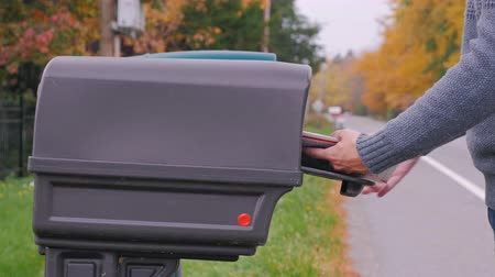salyangoz : Unrecognizable man hands picks up the mail from the mailbox Stok Video